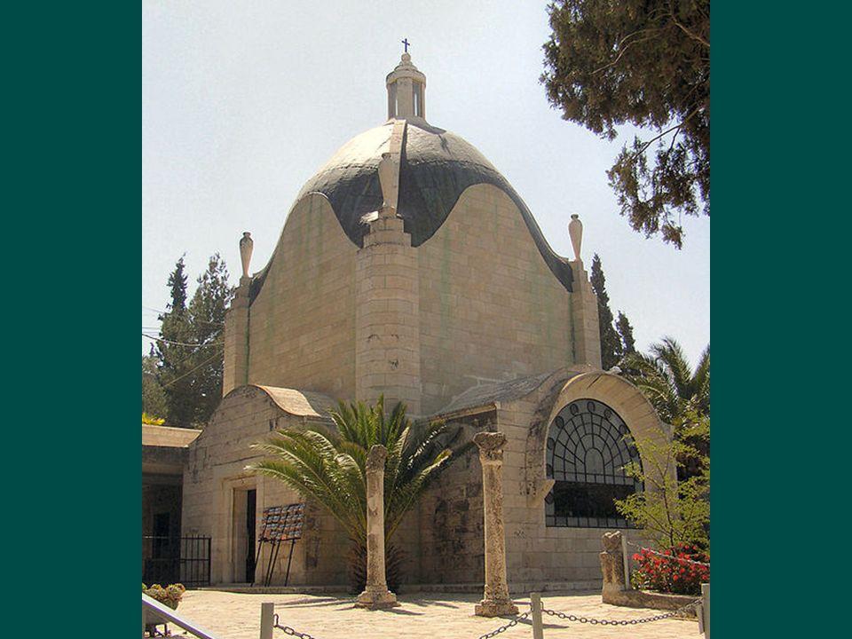 Sa construction terminée en 1955, voulue par les Franciscains est en forme de larme. est en forme de larme.