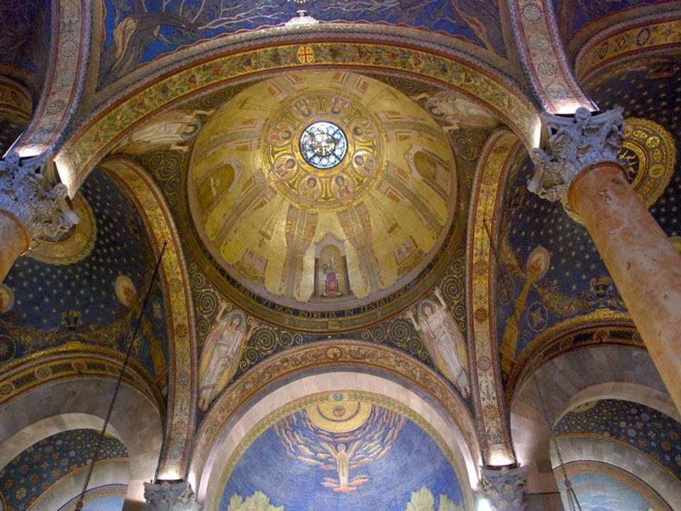Construite en 1886 sur lordre du tsar Alexandre III de Russie, elle a 7 dômes dorés, en forme doignon.