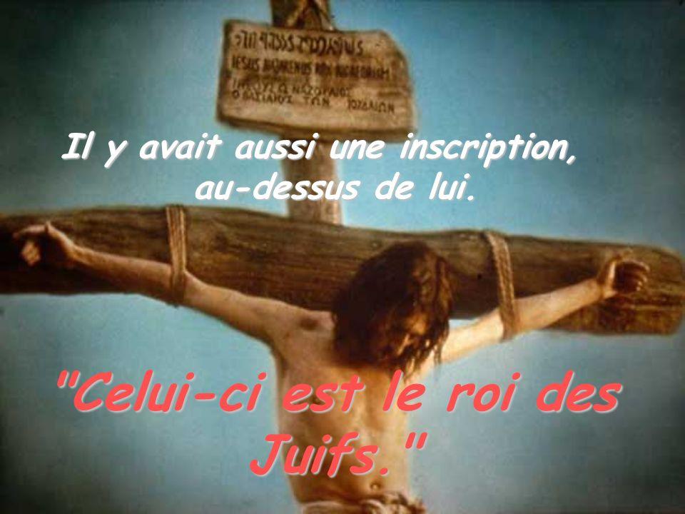 Et Pilate renchérit contre Jésus en disant aux Juifs: « Regardez ce que j en fais de votre roi.