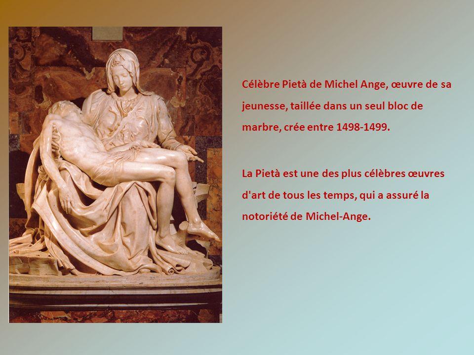 Célèbre Pietà de Michel Ange, œuvre de sa jeunesse, taillée dans un seul bloc de marbre, crée entre 1498-1499. La Pietà est une des plus célèbres œuvr