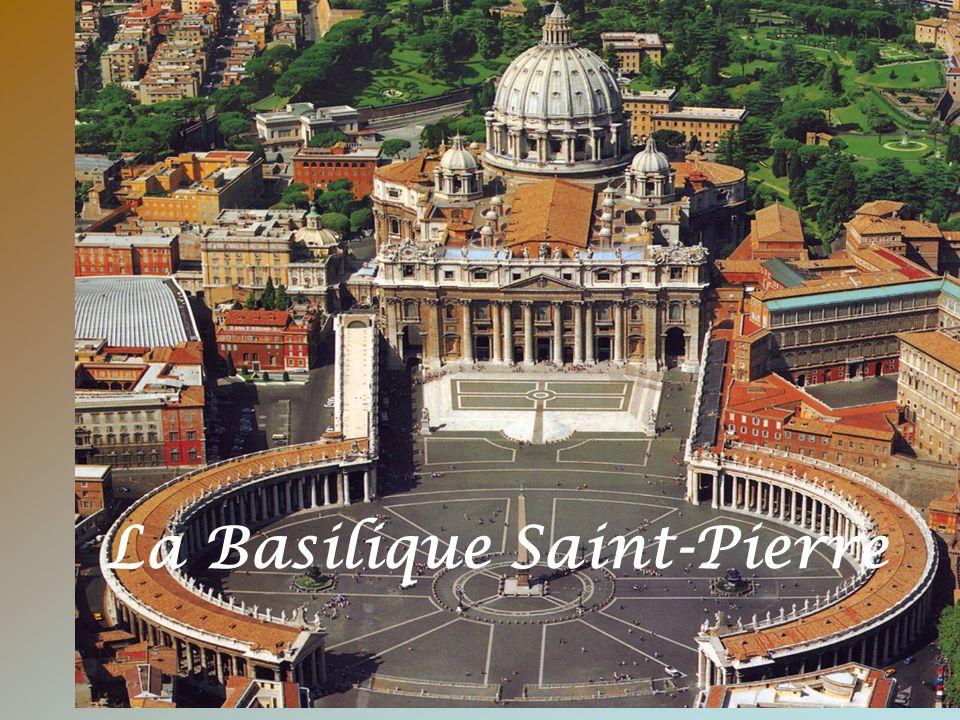 La large loggia accueille le balcon de la bénédiction papale et de l annonce de l élection d un nouveau Pape.