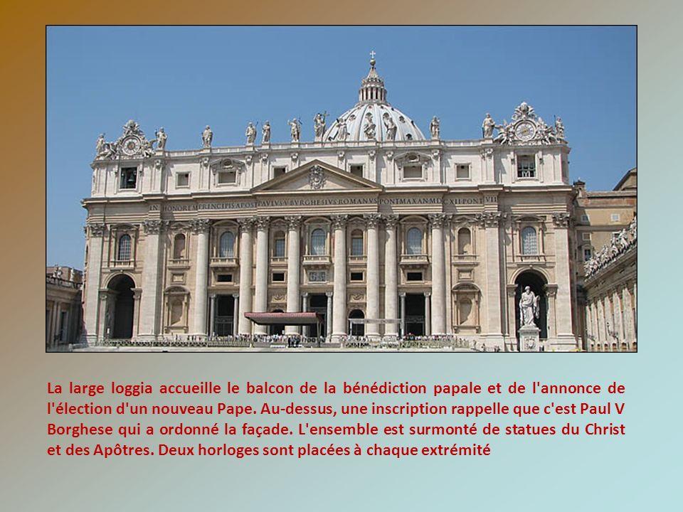 La large loggia accueille le balcon de la bénédiction papale et de l'annonce de l'élection d'un nouveau Pape. Au-dessus, une inscription rappelle que