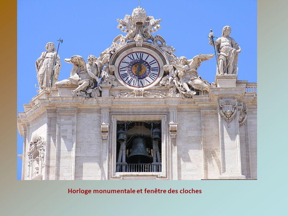 Porte Sainte à 16 panneaux de bronze qui n est ouverte que lors des années Saintes Narthex de Saint-Pierre (Porche) et statue équestre de Charlemagne