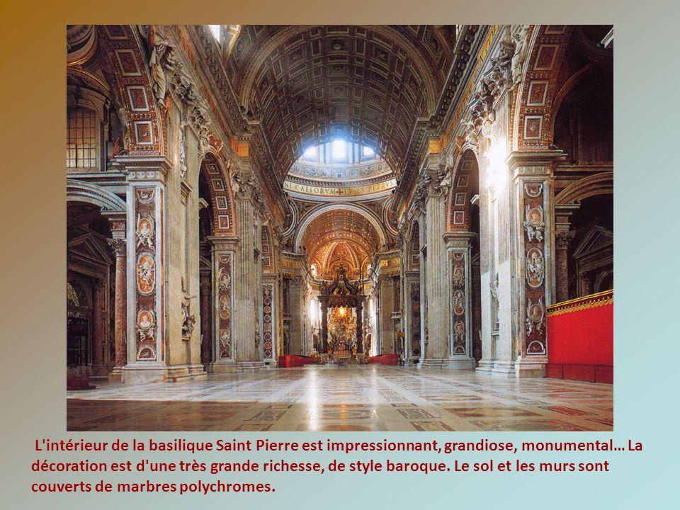 L'intérieur de la basilique Saint Pierre est impressionnant, grandiose, monumental… La décoration est d'une très grande richesse, de style baroque. Le