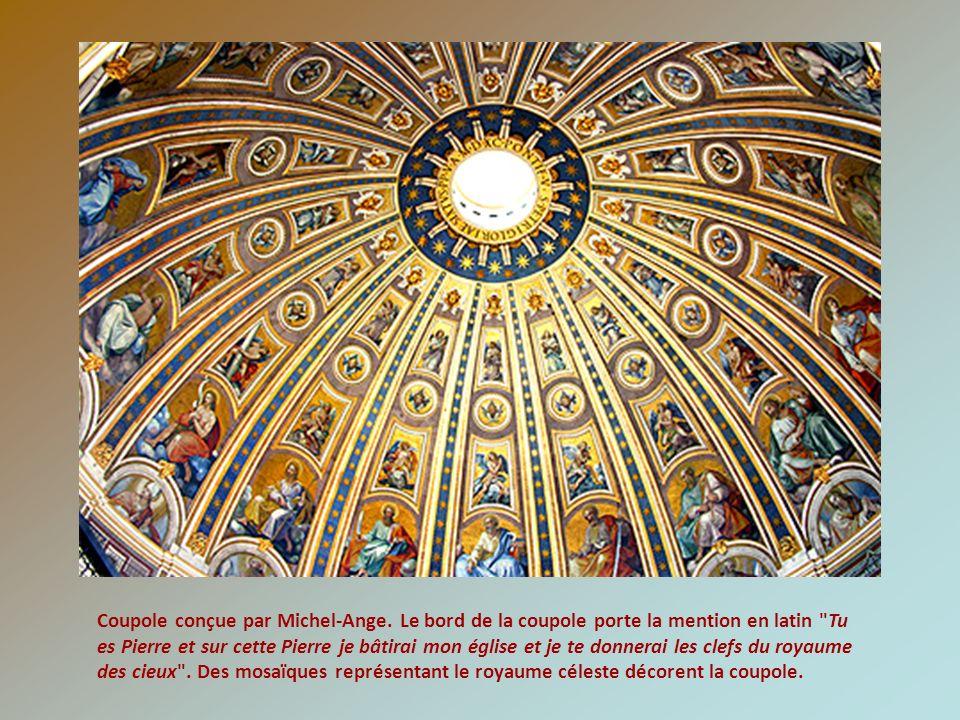 Statue de Saint Pierre tenant les clefs des cieux, datée du XIIIème siècle.