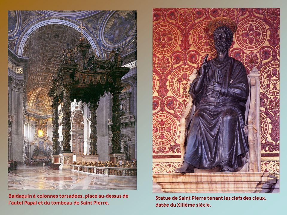 Statue de Saint Pierre tenant les clefs des cieux, datée du XIIIème siècle. Baldaquin à colonnes torsadées, placé au-dessus de l'autel Papal et du tom