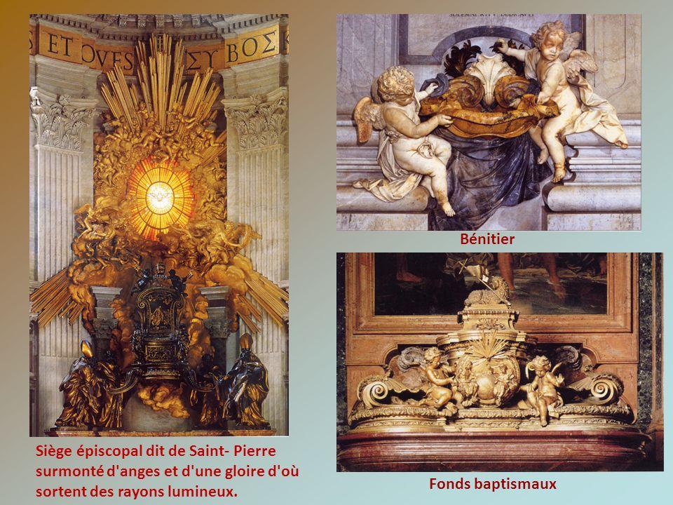 Siège épiscopal dit de Saint- Pierre surmonté d'anges et d'une gloire d'où sortent des rayons lumineux. Bénitier Fonds baptismaux