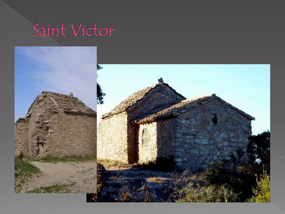 Saint Victor La seule travée restante de lédifice à chevet carré des 6 ème ou 7 ème siècle est encore visible avec la masse de sa voûte soutenue en sous-œuvre par des arcs du 12 ème siècle.