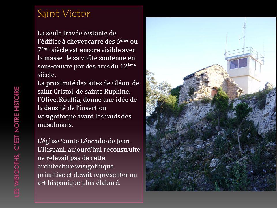 Saint Victor La seule travée restante de lédifice à chevet carré des 6 ème ou 7 ème siècle est encore visible avec la masse de sa voûte soutenue en so