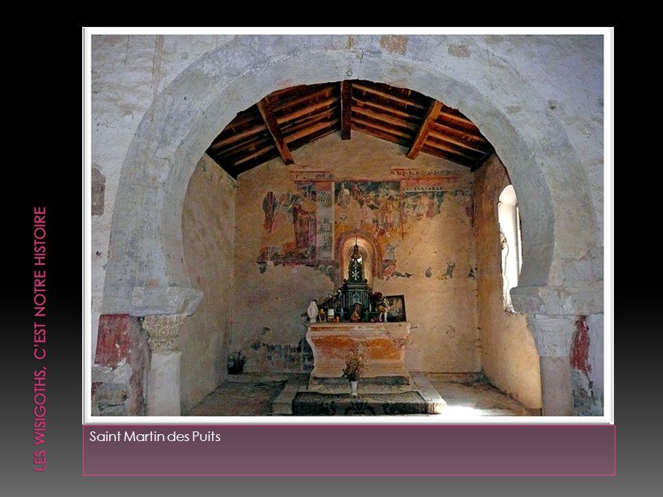 Le chœur carré ouvre sur la nef par un arc outrepassé soutenu par des colonnes antiques et des chapiteaux mérovingiens de remploi.