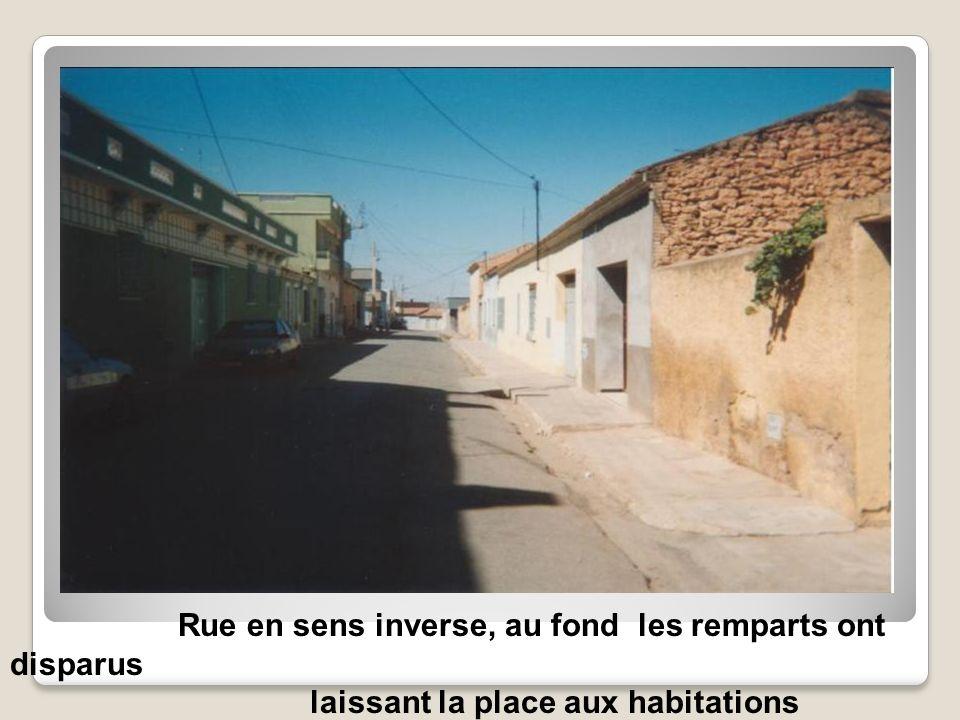 Vue de la rue à gauche, en face du garage la maison de la famille Flores, il y a un appartement à la place des écuries.