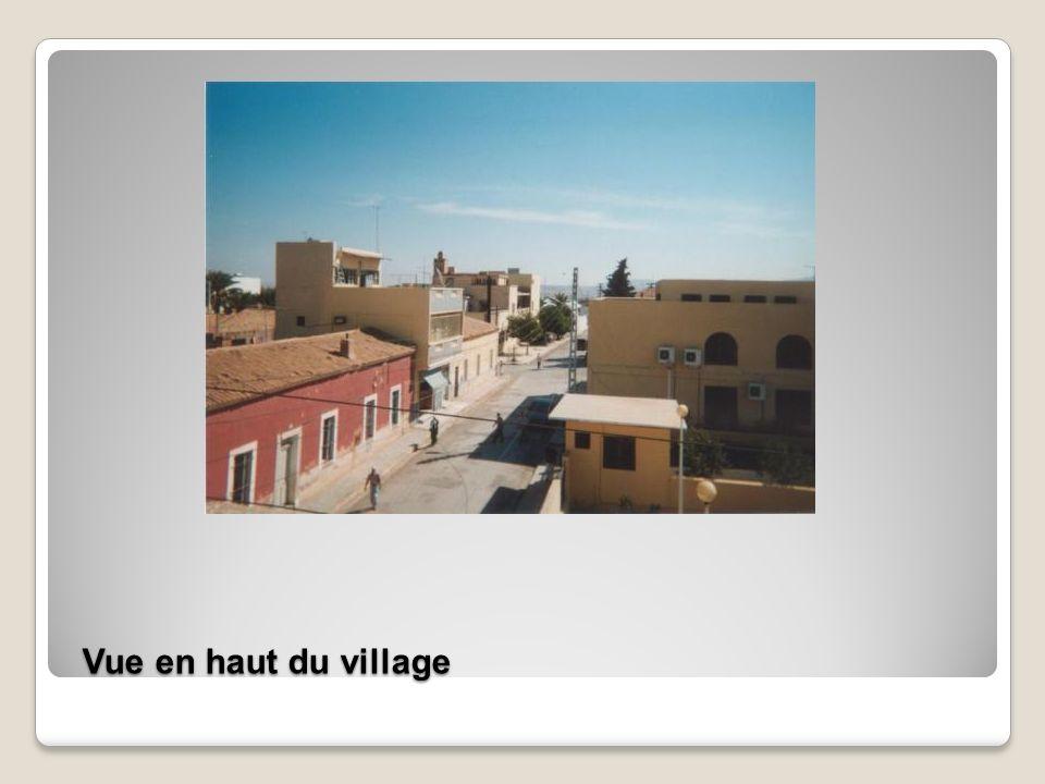 Rue en sens inverse, au fond les remparts ont disparus laissant la place aux habitations