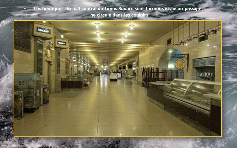 Les boutiques du hall central de Times Square sont fermées et aucun passager ne circule dans les couloirs