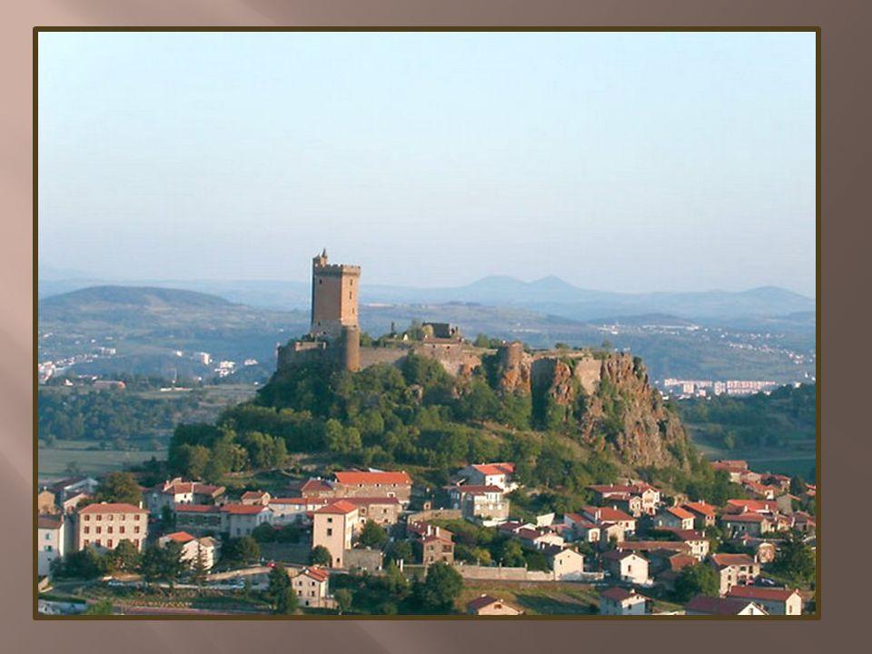 La forteresse de Polignac occupe une plate-forme basaltique, fragment dune ancienne coulée volcanique.