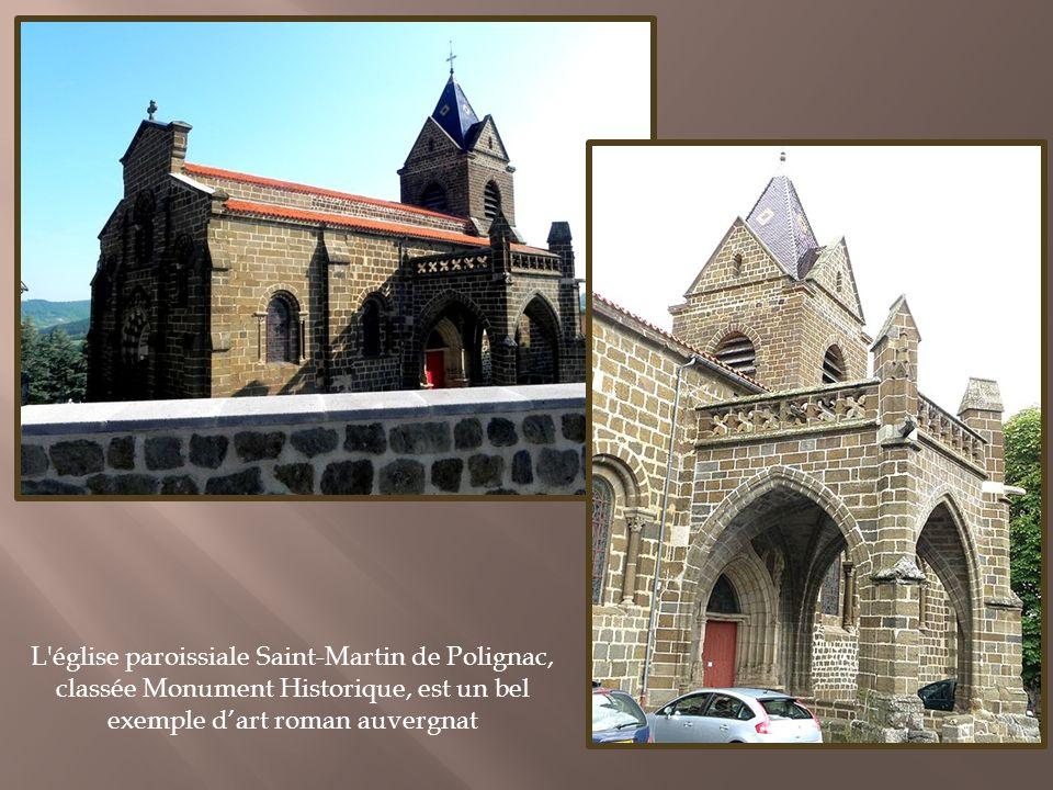 La forteresse médiévale de Polignac est perchée sur son rocher volcanique depuis le X e siècle, à 806 m d altitude