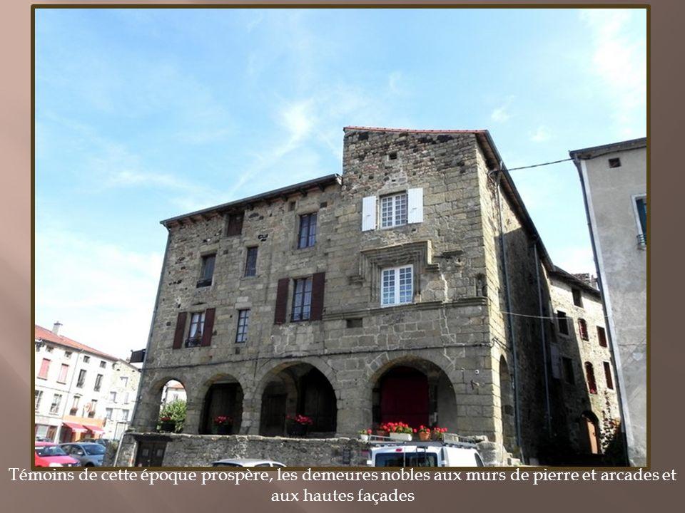 Dominant la vallée du Haut Allier, cette ancienne place forte était une étape importante pour les marchands qui importaient les denrées du Midi ainsi que pour les pèlerins en route vers Saint-Gilles et venant du Puy-en-Velay.