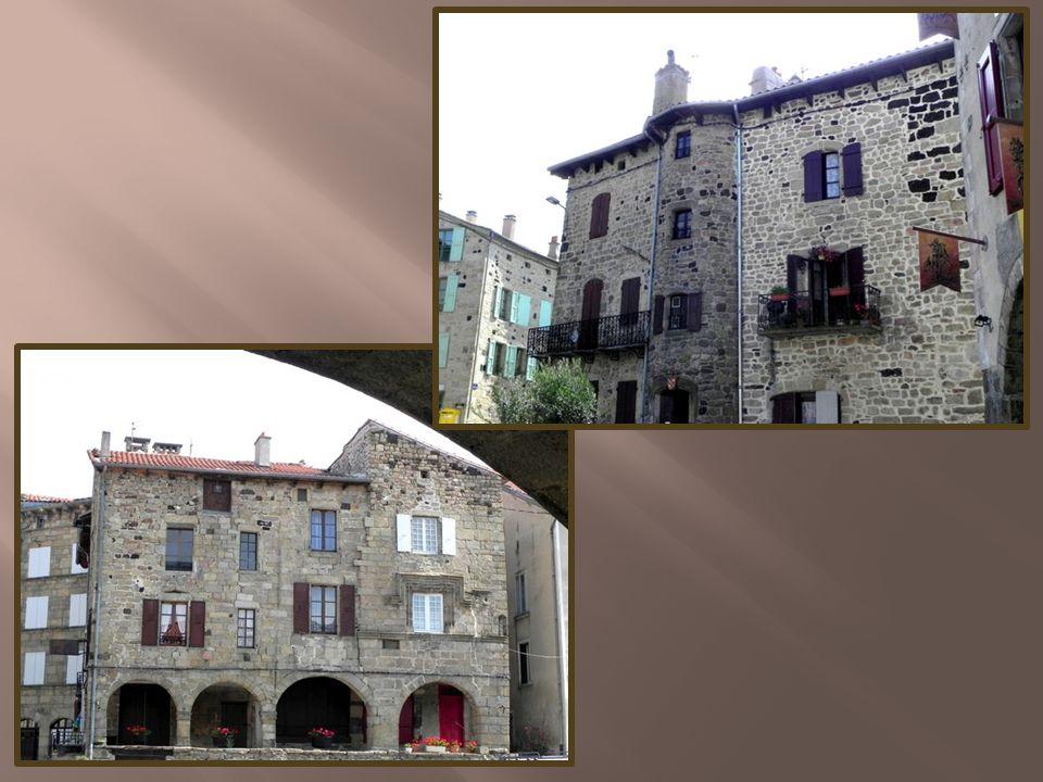 Témoins de cette époque prospère, les demeures nobles aux murs de pierre et arcades et aux hautes façades