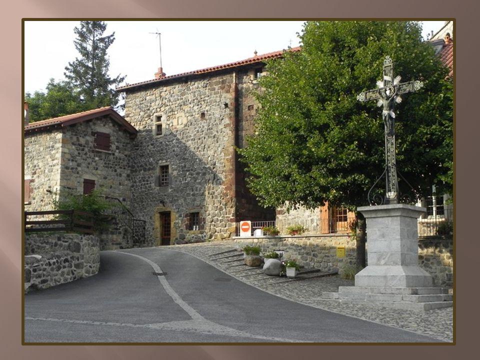 A droite, la chapelle castrale Saint-Jacque s du XII e siècle, bâtie en pierre rouge