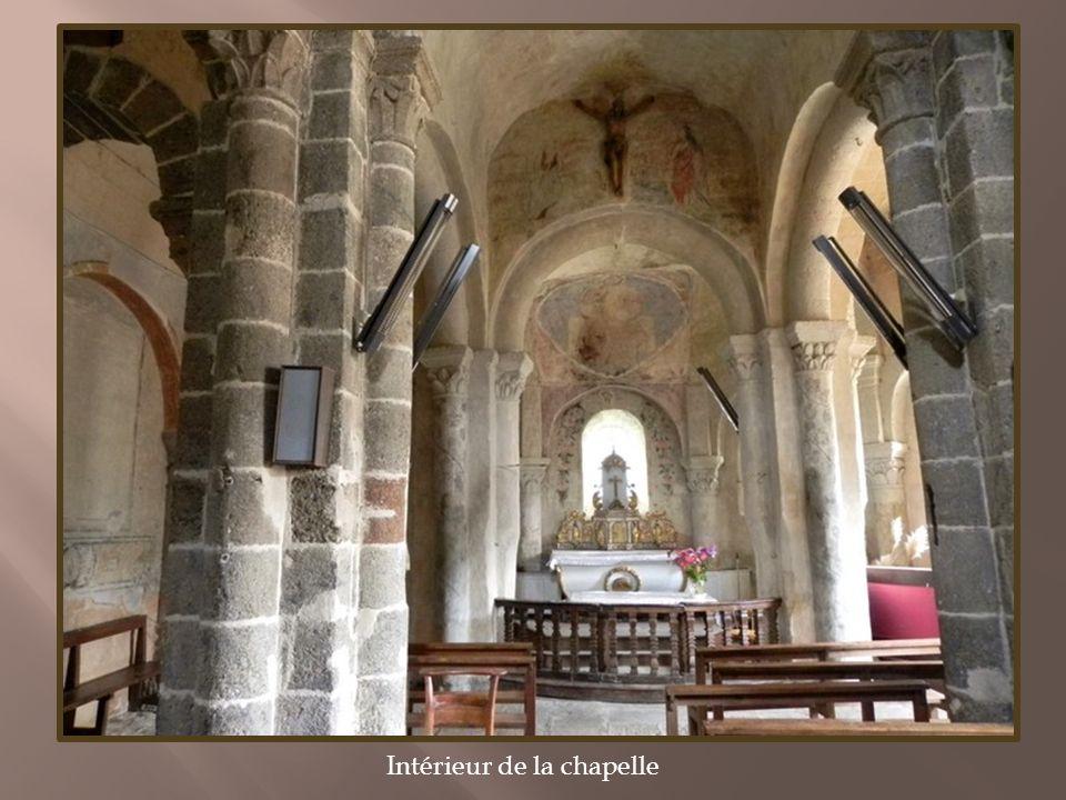Vestiges du château féodal perché sur un rocher Léglise Saint-André, ancien prieuré clunisien