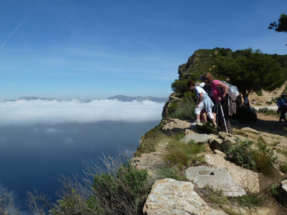 Dici, le spectacle est grandiose. Nous sommes au dessus des nuages, et nous avons une vue imprenable sur la Baie de Cassis