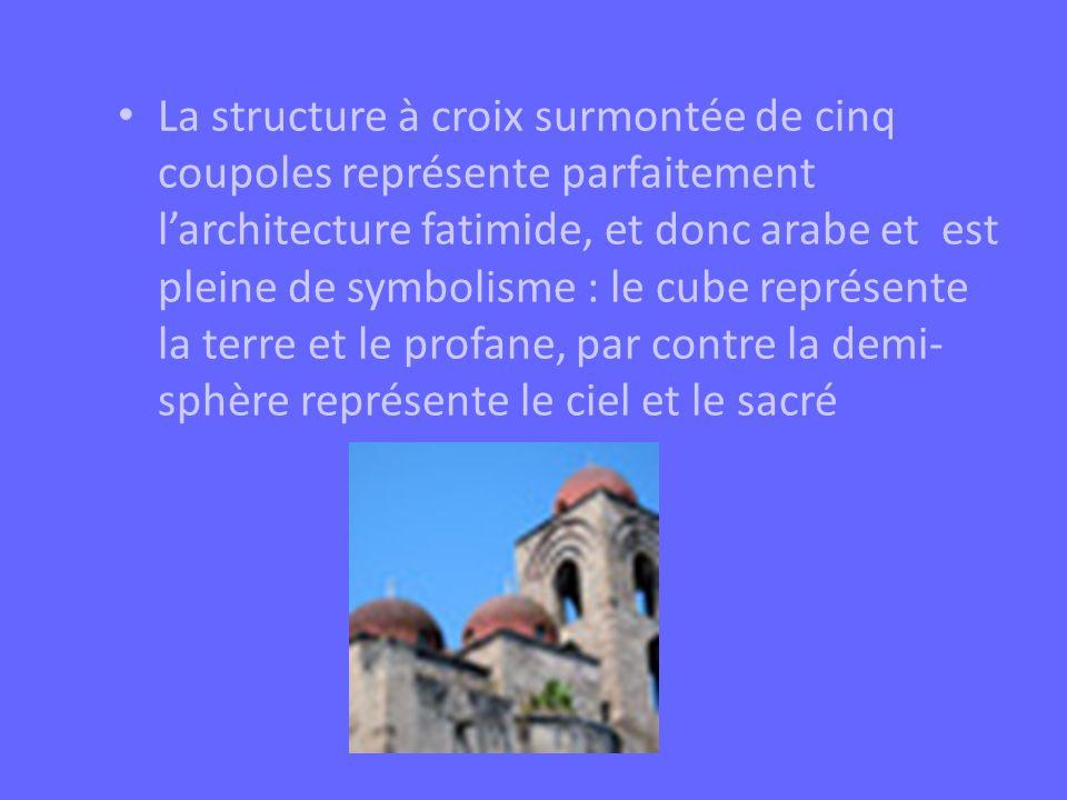 La structure à croix surmontée de cinq coupoles représente parfaitement larchitecture fatimide, et donc arabe et est pleine de symbolisme : le cube re