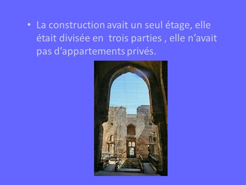 La construction avait un seul étage, elle était divisée en trois parties, elle navait pas dappartements privés.