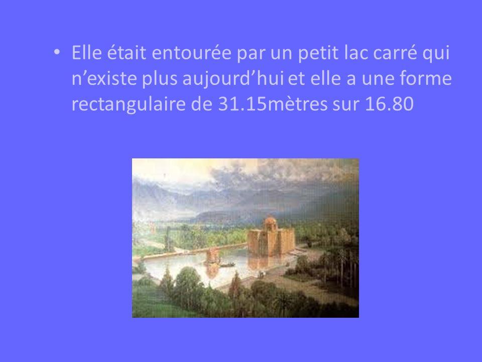 Elle était entourée par un petit lac carré qui nexiste plus aujourdhui et elle a une forme rectangulaire de 31.15mètres sur 16.80