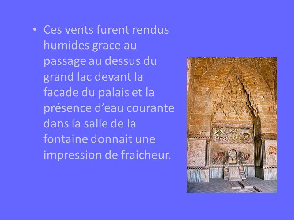 Ces vents furent rendus humides grace au passage au dessus du grand lac devant la facade du palais et la présence deau courante dans la salle de la fo
