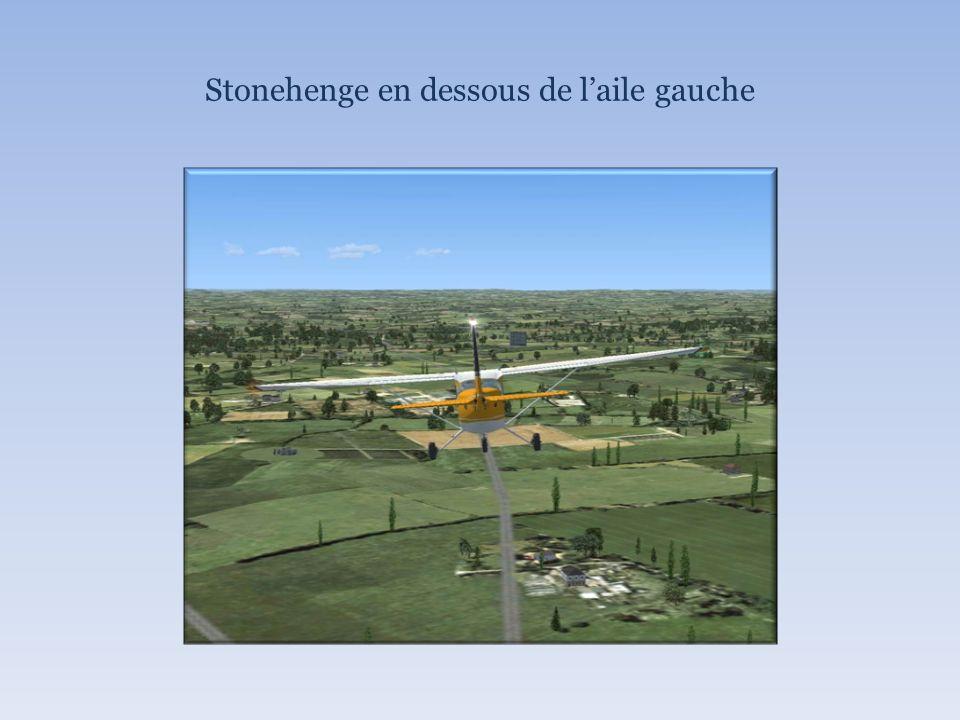 Stonehenge en dessous de laile gauche