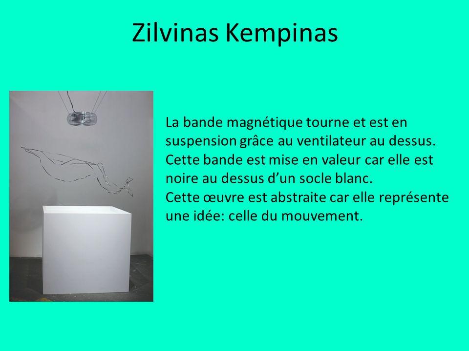 Zilvinas Kempinas La bande magnétique tourne et est en suspension grâce au ventilateur au dessus. Cette bande est mise en valeur car elle est noire au