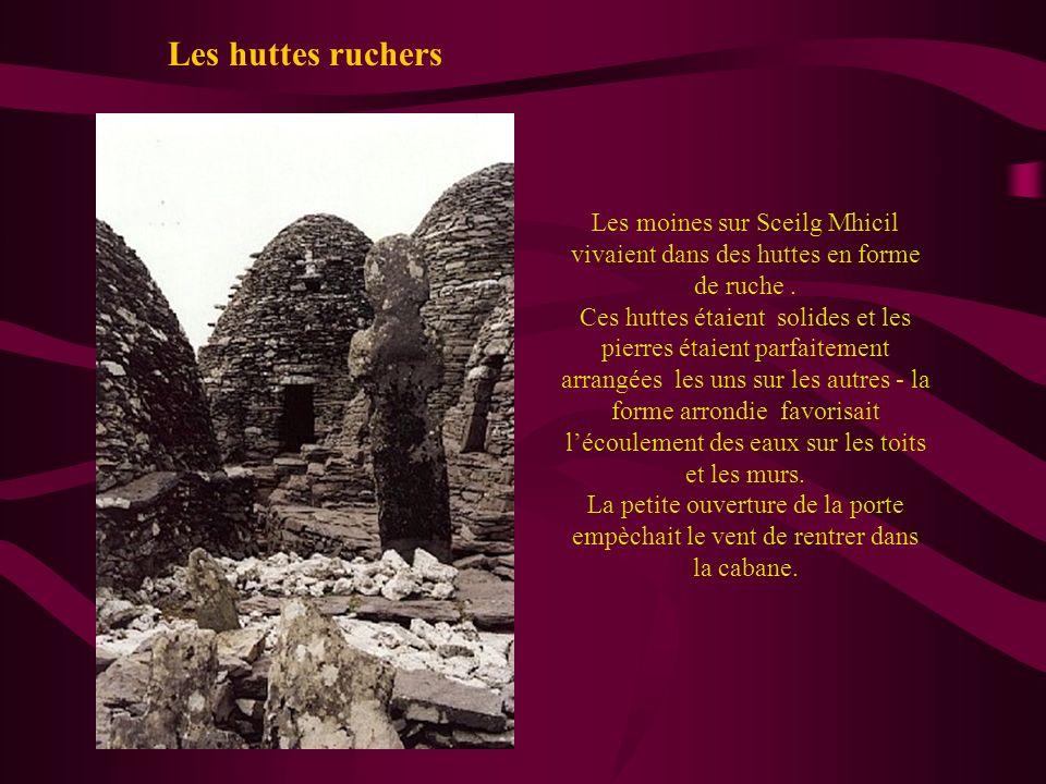 Les moines sur Sceilg Mhicil vivaient dans des huttes en forme de ruche. Ces huttes étaient solides et les pierres étaient parfaitement arrangées les