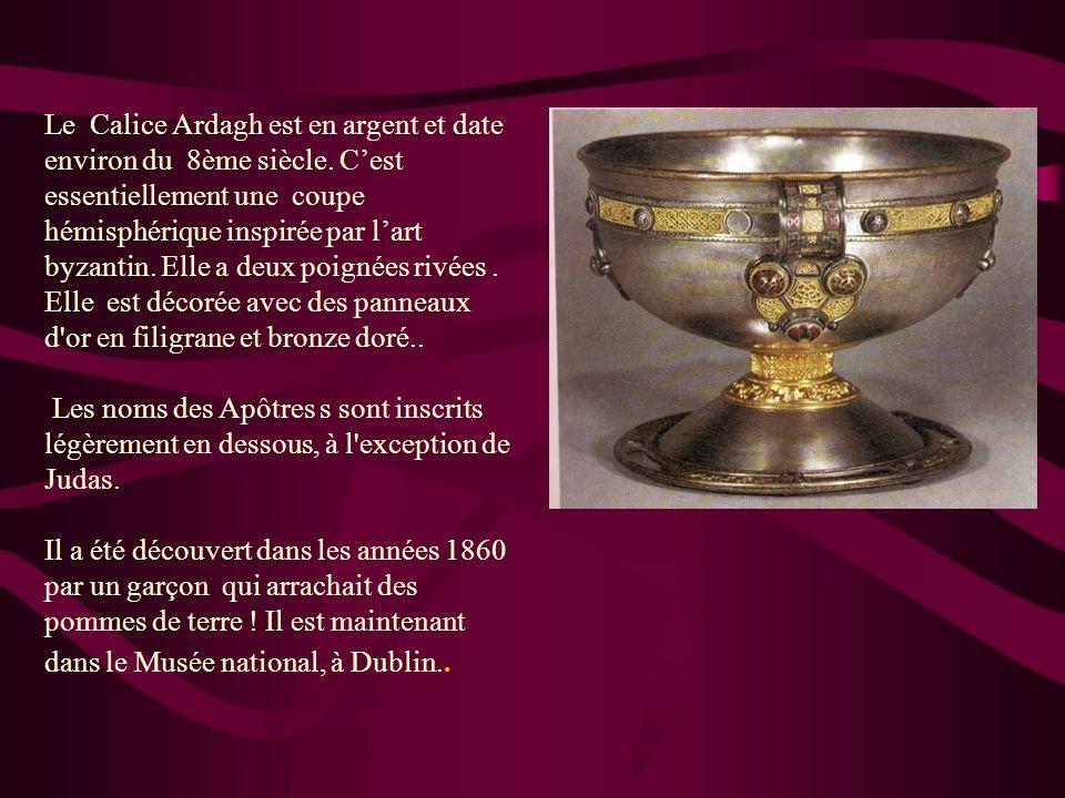 Le Calice Ardagh est en argent et date environ du 8ème siècle. Cest essentiellement une coupe hémisphérique inspirée par lart byzantin. Elle a deux po