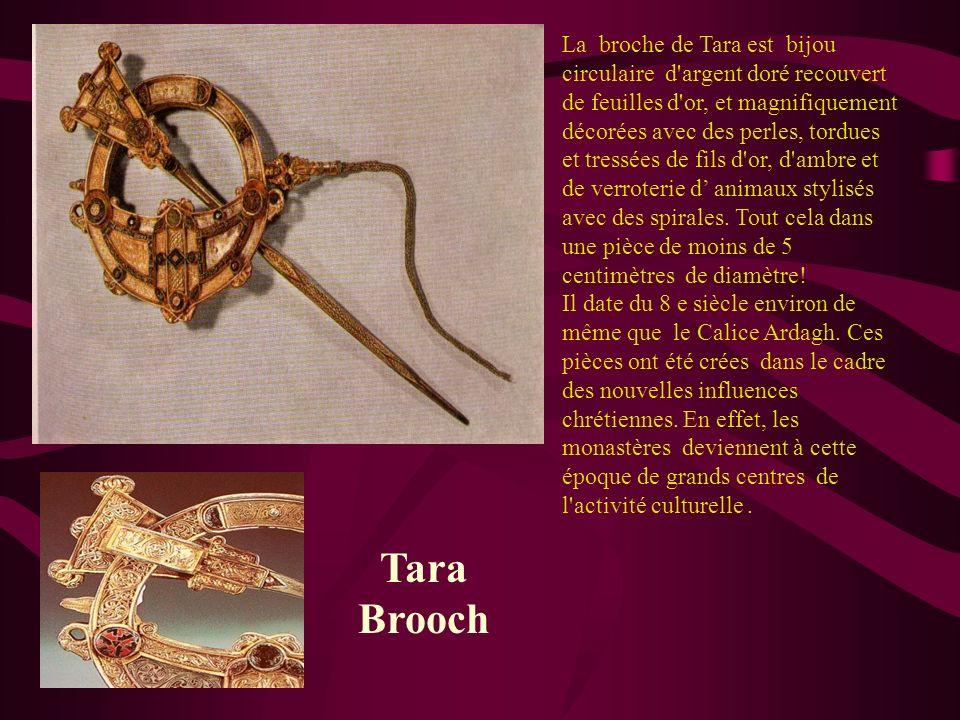 Tara Brooch La broche de Tara est bijou circulaire d'argent doré recouvert de feuilles d'or, et magnifiquement décorées avec des perles, tordues et tr