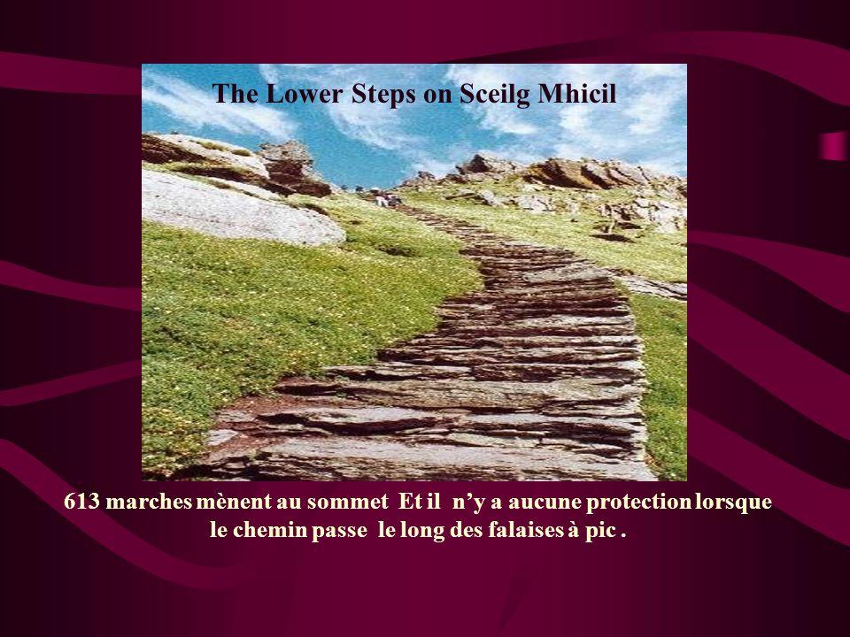 613 marches mènent au sommet Et il ny a aucune protection lorsque le chemin passe le long des falaises à pic. The Lower Steps on Sceilg Mhicil