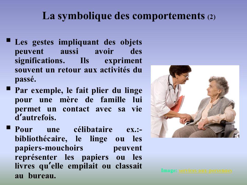 Les gestes impliquant des objets peuvent aussi avoir des significations. Ils expriment souvent un retour aux activités du passé. Par exemple, le fait