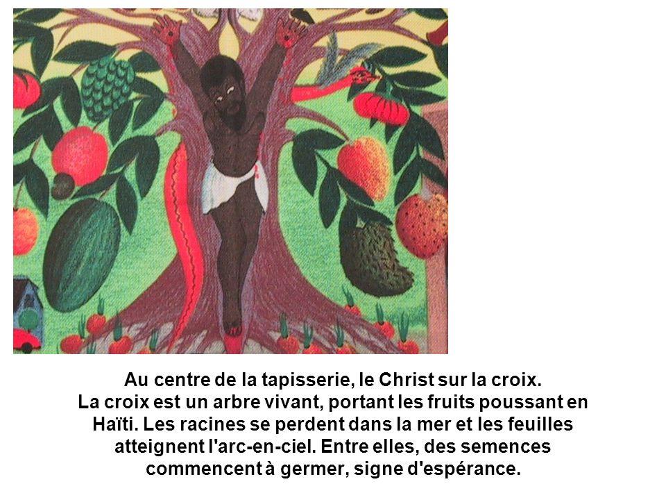 Au centre de la tapisserie, le Christ sur la croix. La croix est un arbre vivant, portant les fruits poussant en Haïti. Les racines se perdent dans la