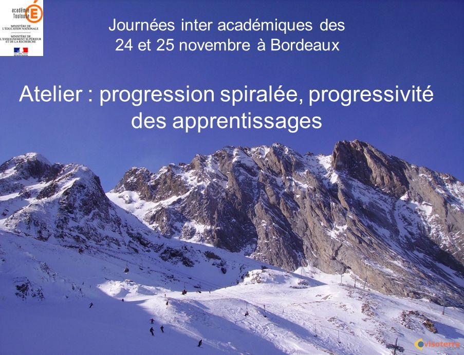 Avec une progression spiralée: Un même « chapitre » est retravaillé plusieurs fois.