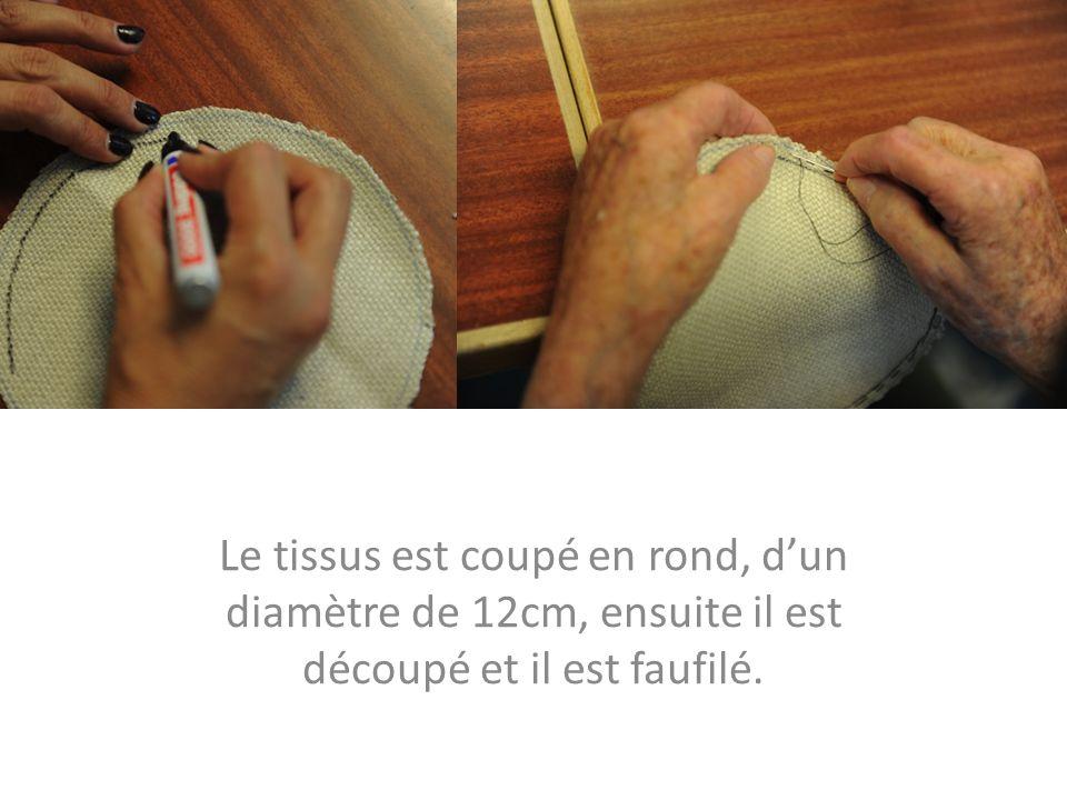Le tissus est coupé en rond, dun diamètre de 12cm, ensuite il est découpé et il est faufilé.