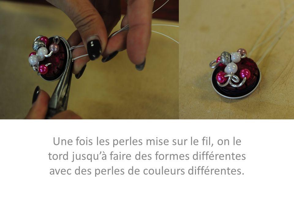 Une fois les perles mise sur le fil, on le tord jusquà faire des formes différentes avec des perles de couleurs différentes.