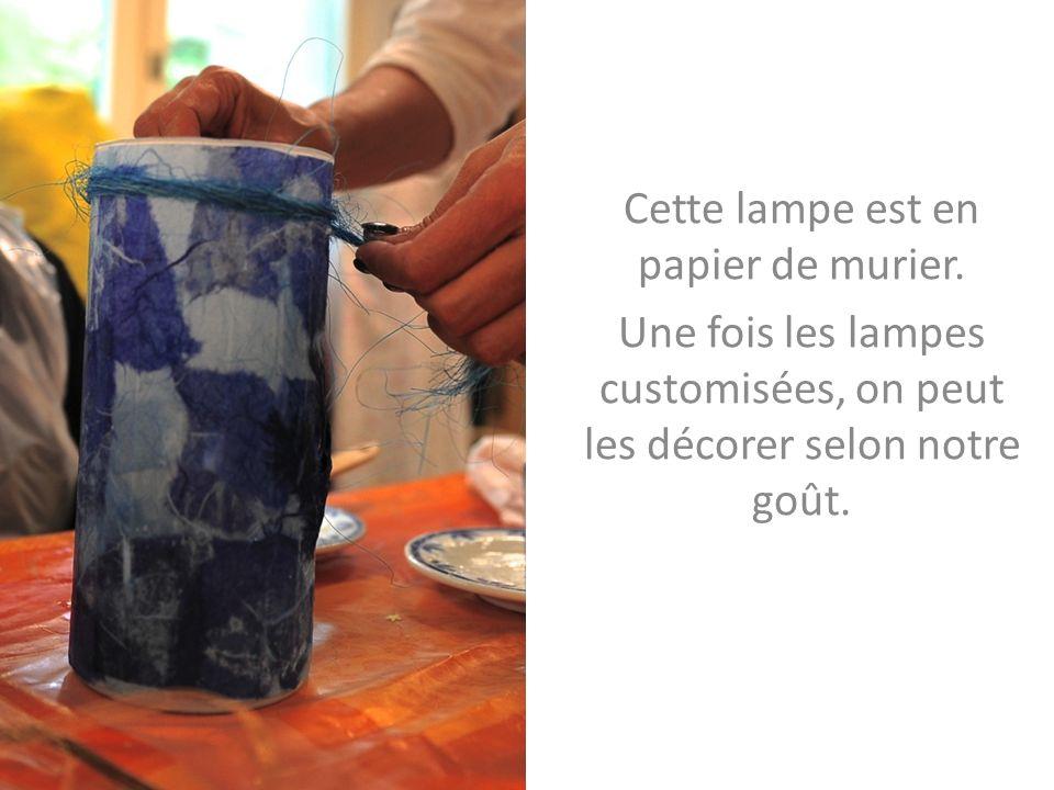Cette lampe est en papier de murier. Une fois les lampes customisées, on peut les décorer selon notre goût.