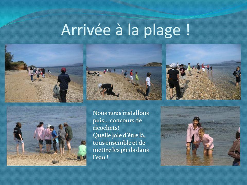 Arrivée à la plage ! Nous nous installons puis… concours de ricochets! Quelle joie dêtre là, tous ensemble et de mettre les pieds dans leau !