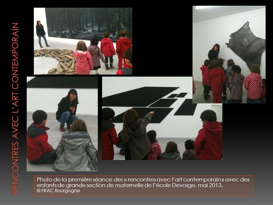 Photo de la première séance des « rencontres avec lart contemporain » avec des enfants de grande section de maternelle de lécole Devosge, mai 2013.