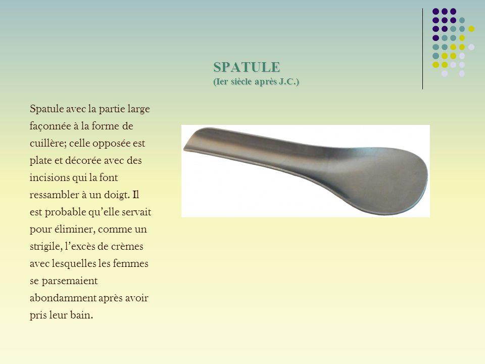 SPATULE (Ier siècle après J.C.) Spatule avec la partie large façonnée à la forme de cuillère; celle opposée est plate et décorée avec des incisions qu