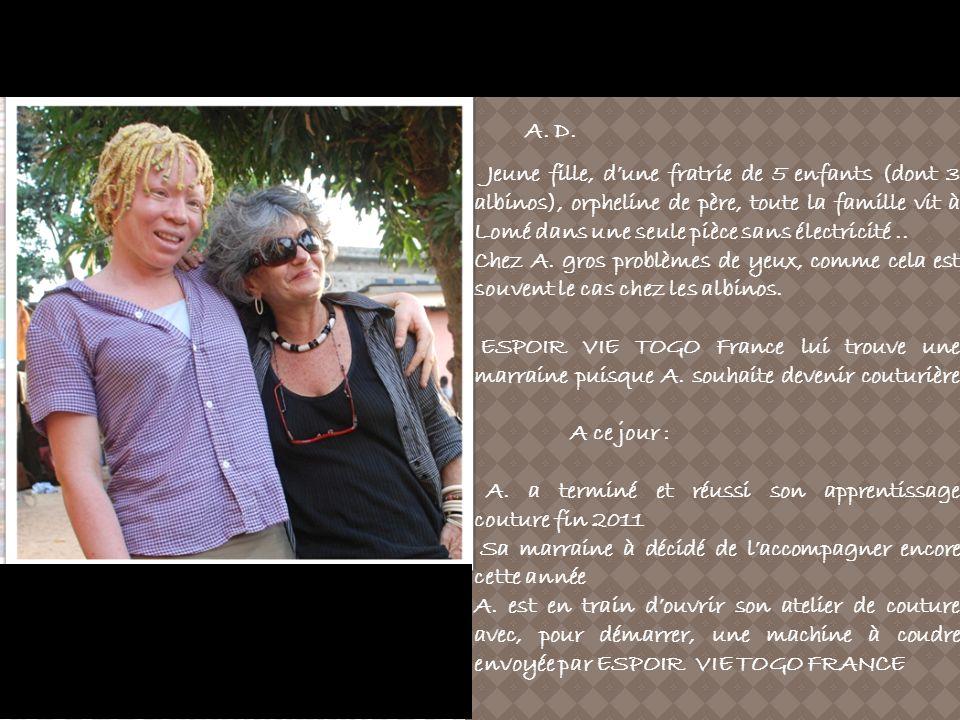 A. D. Jeune fille, dune fratrie de 5 enfants (dont 3 albinos), orpheline de père, toute la famille vit à Lomé dans une seule pièce sans électricité..