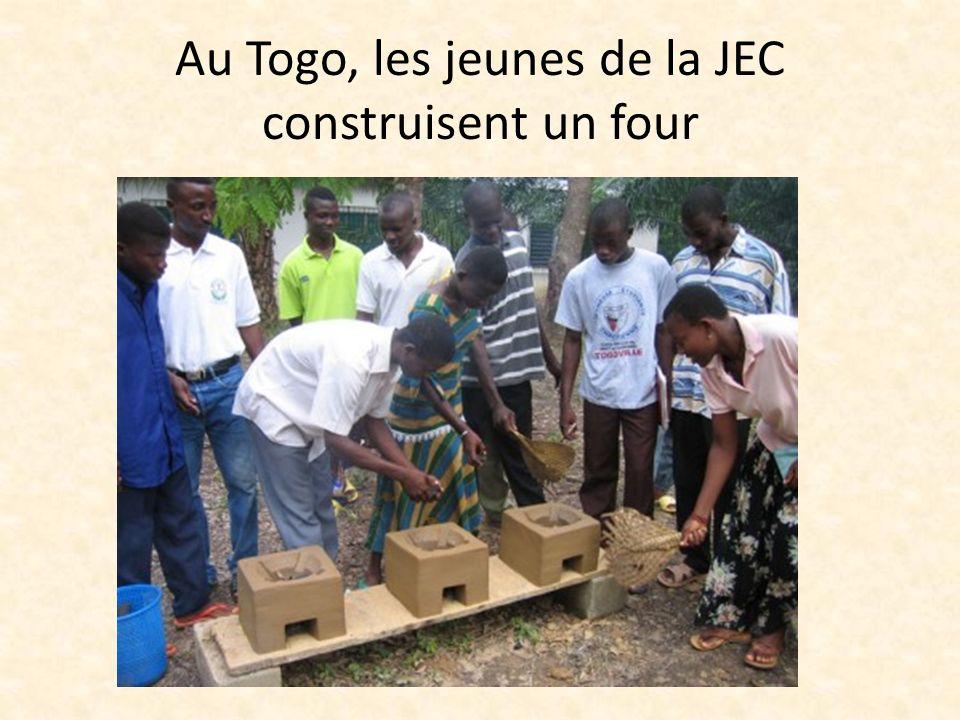 Au Togo, les jeunes de la JEC construisent un four