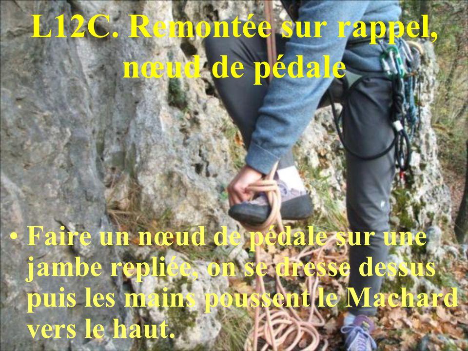 L12C. Remontée sur rappel, nœud de pédale Faire un nœud de pédale sur une jambe repliée, on se dresse dessus puis les mains poussent le Machard vers l