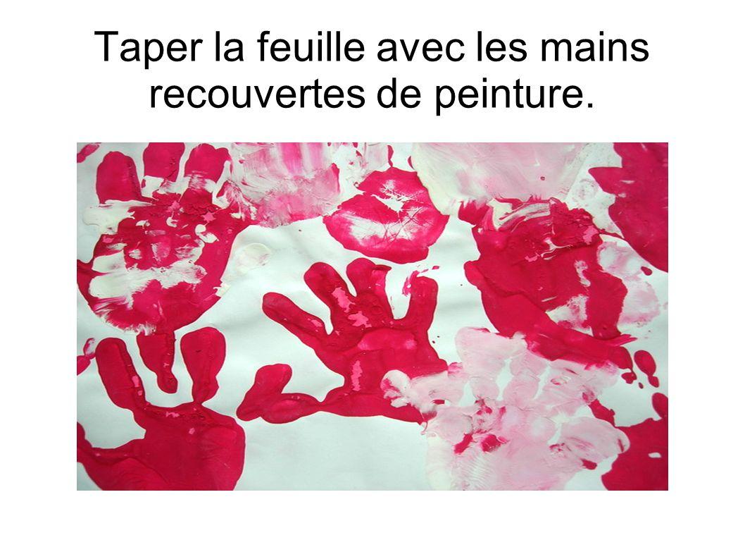 Taper la feuille avec les mains recouvertes de peinture.