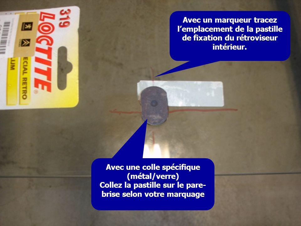 Avec un marqueur tracez lemplacement de la pastille de fixation du rétroviseur intérieur. Avec une colle spécifique (métal/verre) Collez la pastille s