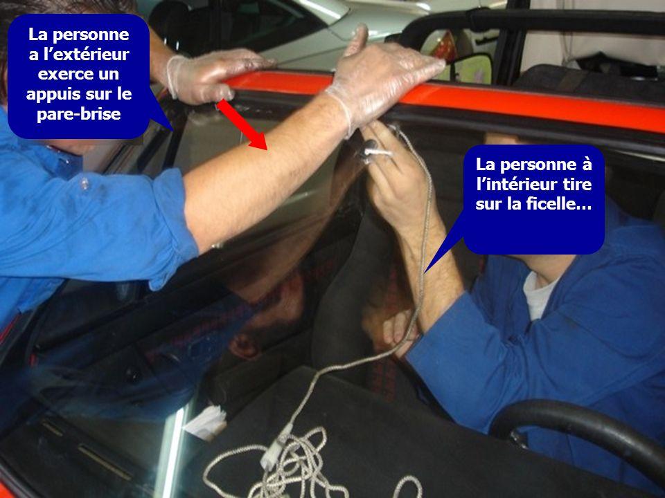 La personne a lextérieur exerce un appuis sur le pare-brise La personne à lintérieur tire sur la ficelle…