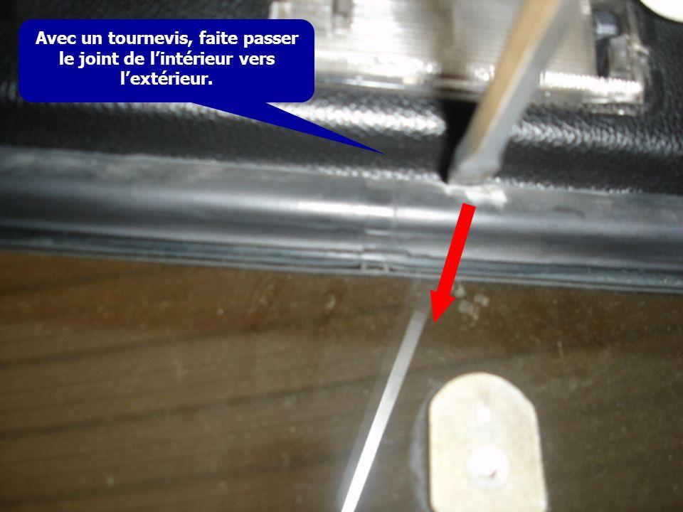 Avec un tournevis, faite passer le joint de lintérieur vers lextérieur.